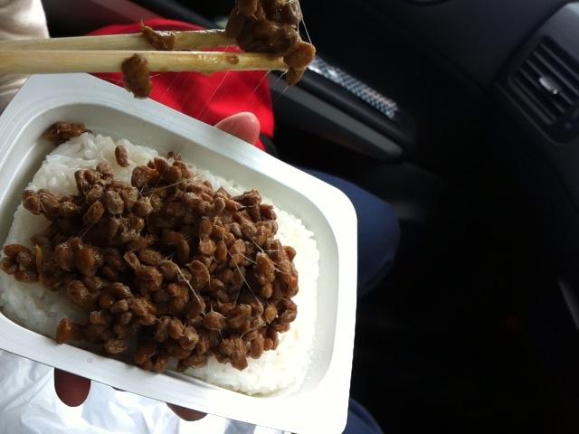 チンしたご飯に天狗納豆。
