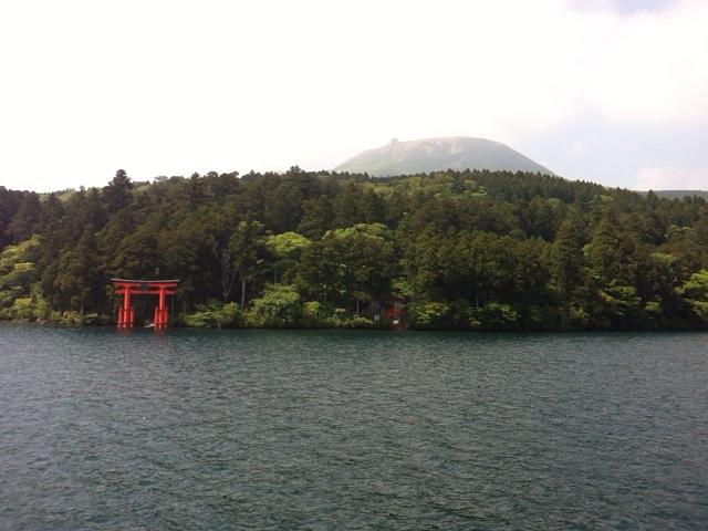 箱根海賊船から見た箱根神社と二子山
