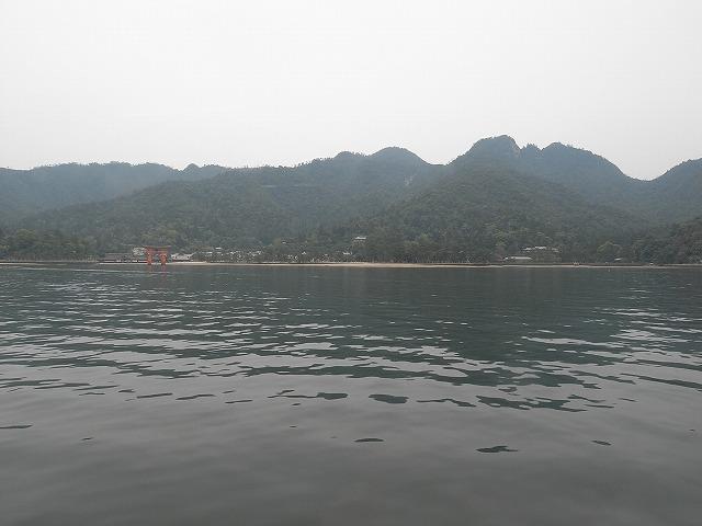 船から見える宮島と鳥居