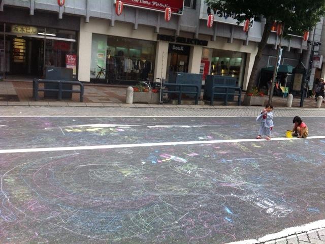歩行者天国で子供がチョークで遊べる広場