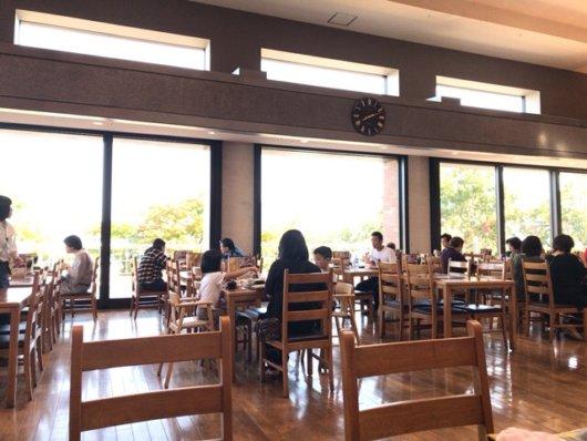 窓も大きく開放的な空間のレストラン